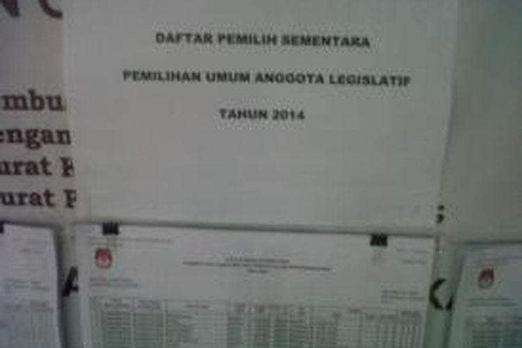 Daftar Pemilih Sementara (DPS) terpampang di kelurahan Kukusan, Senin (22/7/2013). Para panitia pemungutan suara (PPS) dan petugas kelurahan berharap warga aktif mengecek keakuratan DPS.