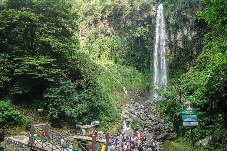 Air Terjun Grojogan Sewu yang berada di lereng Gunung Lawu.