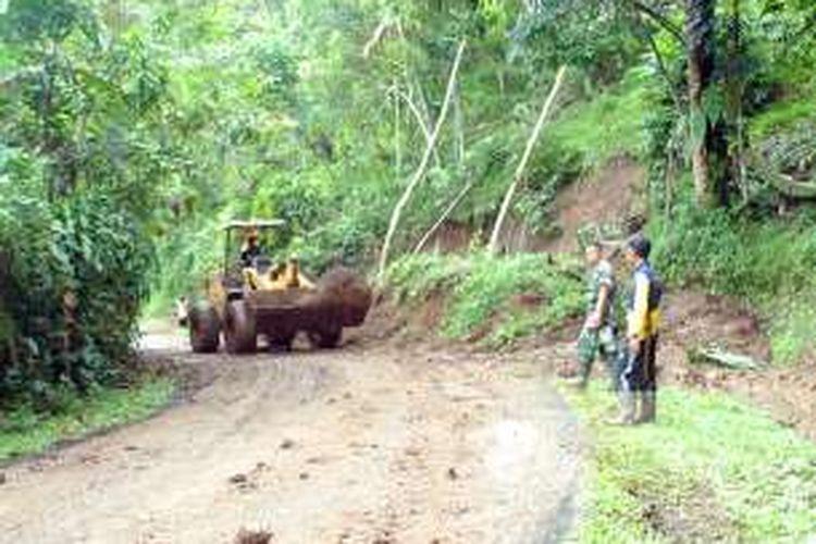 Petugas membersihkan material longsor dengan alat berat di ruas Jalan Sagaranten-Cidolog-Tegalbuleud, Desa Cipamingkis, Cidolog, Sukabumi, Jawa Barat, Kamis (10/11/2016).