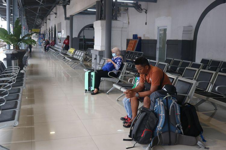 Penumpang kereta api tengah menunggu kedatangan kereta api di Peron 1 Stasiun Pasar Senen, Jumat (22/11/2019).