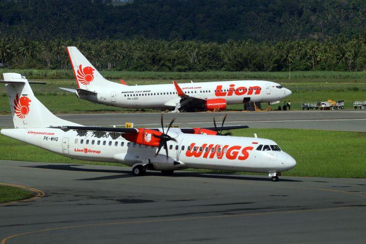 Pesawat Wings Air yang baru tiba di bandara Jalaluddin Tantu Gorontalo membawa peralatan untuk mengevakuasi pesawat Lion Air yang tergelincir di belakangnya belakang