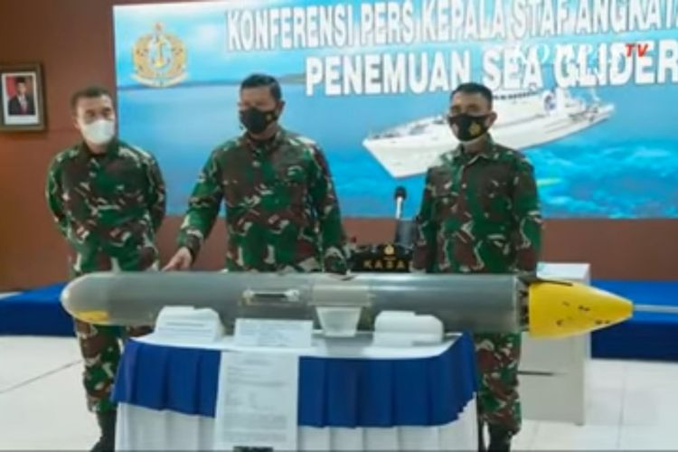 Kepala Staf Angkatan Laut (KSAL) Laksamana TNI Yudo Margono menunjukan temuan seaglider yang sempat dicurigai drone laut.