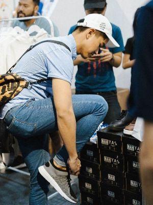 Putra Presiden Joko Widodo saat mencoba sepatu brand asal Bandung, NAH project dalam acara Solevacation di Yogyakarta beberapa waktu lalu.