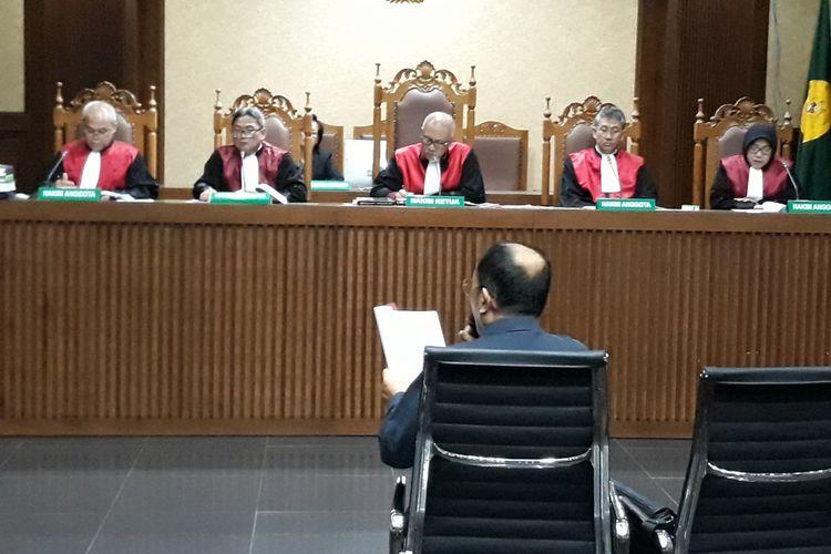 Terdakwa Fredrich Yunadi menyampaikan eksepsi di Pengadilan Tipikor Jakarta, Kamis (15/2/2018).
