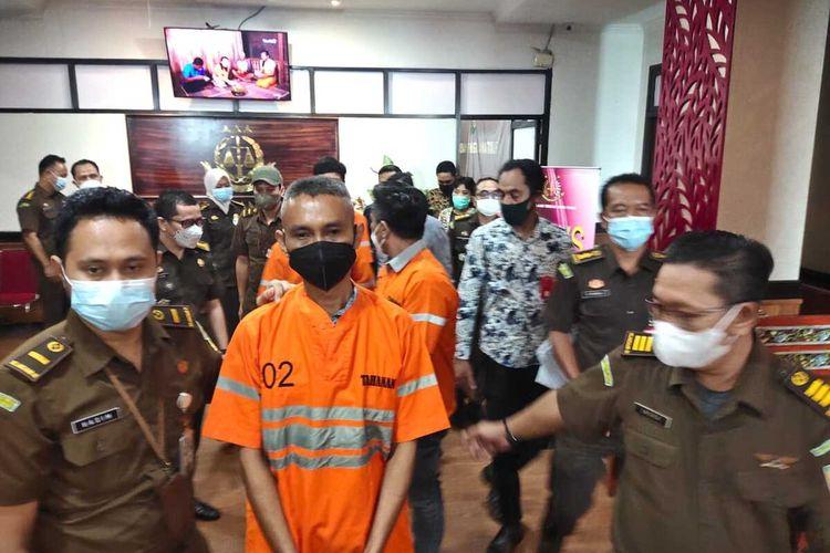 Tersangka kredit macet Bank Jatim Cabang Kepanjen Malang ditahan di Rutan Kejati Jatim Senin (1/3/2021).
