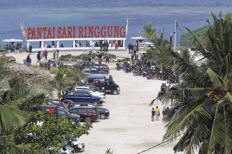 Hari ke dua Lebaran Idul Fitri, Objek wisata pantai sari ringgung mulai dipadati pengunjung dari wisatawan lokal maupun nasional, Kamis (6/6/2019).