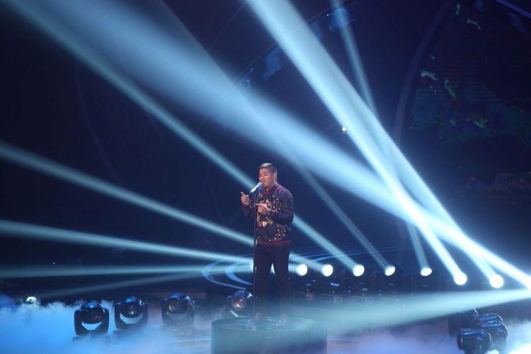Ahmad Abdul menyanyikan lagu Fix You, hit Coldplay, pada babak Grand Final Indonesian Idol 2018, di Ecovention, Taman Impian Jaya Ancol, Jakarta Utara, Senin (16/4/2018).