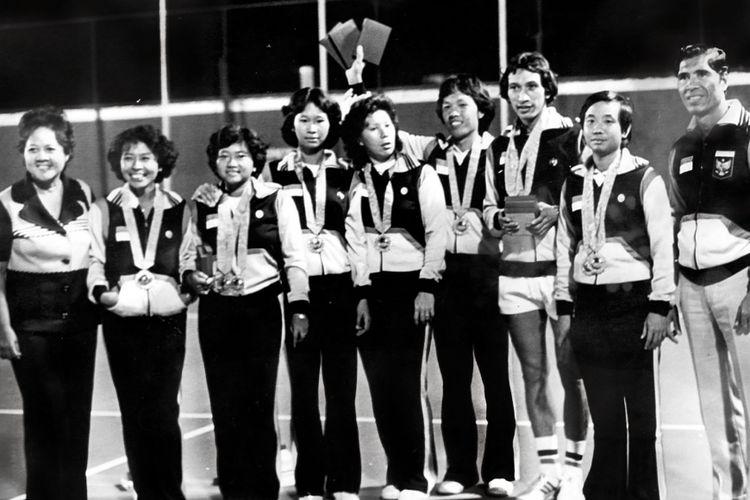 Medali emas pertama Indonesia diraih lewat tennis beregu putra. Seluruhnya cabang tennis menyumbangkan 3 emas dan 1 perunggu. Dari kiri: Pelatih Ny. Mien Gondowidjojo, Ny. Yolanda Soemarno, Ayi Sutarno, Ny. Elfia Tarik, Ny. Lita Sugiarto, Hadiman, Yustedjo Tarik, Atet Wijono, Pelatih Machsum. Pemain ganda Gondowidjojo tidak tampak.  Kompas/Kartono Ryadi (KR) 01-12-1978 *** Local Caption *** Kompas, 24-12-1978, 10