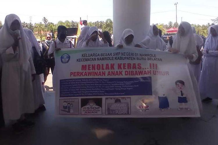 Ratusan siswa SMP Negeri 1 Namrole Buru Selatan Maluku dan para guru menggelar aksi unjuk rasa di Kantor Wilayah Kemantiran Agama dan Kantor DPRD untuk memprotes kasus pernikahan dini yang menimpa seorang siswa sekolah tersebut. Aksi demo itu berlangsung pada Senin (4/10/2021)