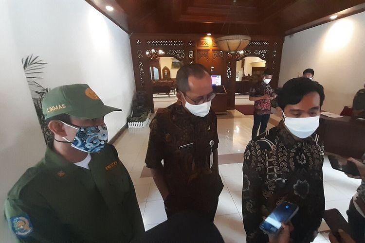 Wali Kota Solo Gibran Rakabuming Raka dan Ari Prasetyo yang viral usai unggah foto sepatu bekas dibarter susu anak di Balai Kota Solo, Jawa Tengah, Selasa (3/8/2021).