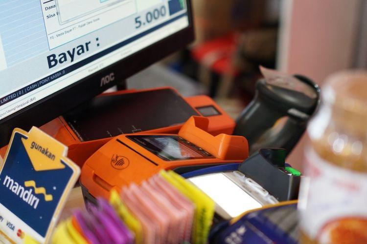 Toko-toko kelontong masa kini yang mengutilisasi alat-alat penunjang transaksi non tunai