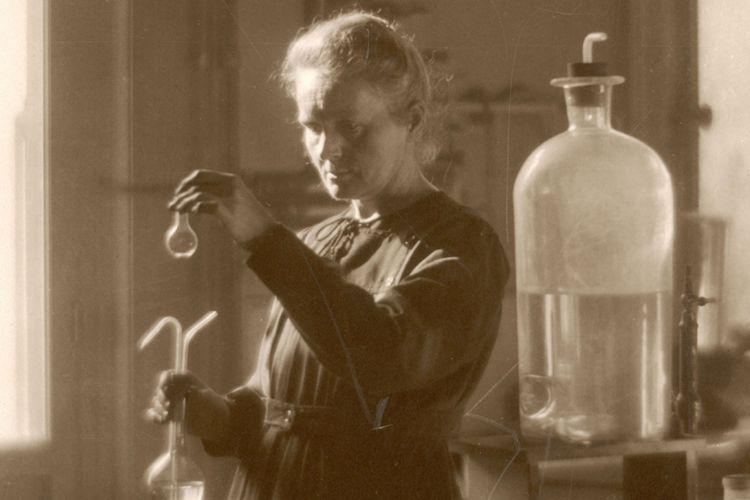 Marie Curie bekerja di laboratoriumnya di Universitas Paris pada 1925.