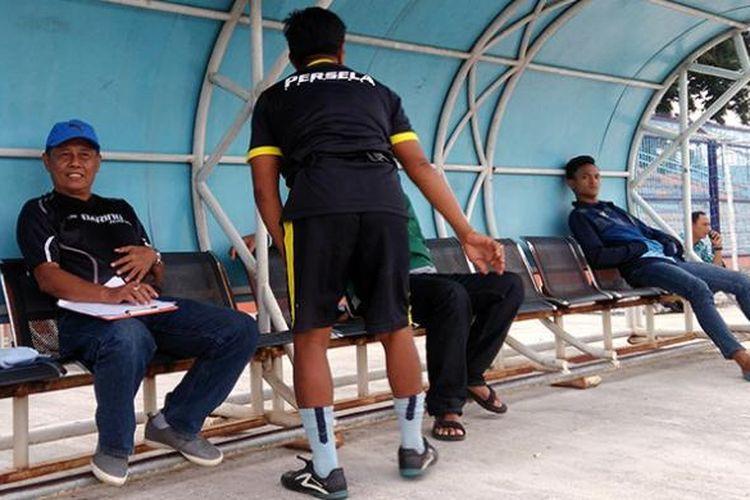 Pelatih baru Persela Lamongan Herry Kiswanto (kiri) saat mengamati latihan tim dari bangku pemain cadangan di Stadion Surajaya, Selasa (24/1/2017) sore.