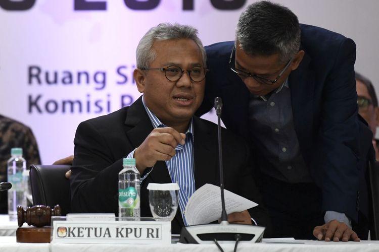 Ketua Komisi Pemilihan Umum (KPU) Arief Budiman (kedua kanan) berbincang dengan Komisioner KPU Wahyu Setiawan (kanan) dan Evi Novida Ginting Manik (kiri) saat Rapat Pleno Terbuka Penetapan Kursi dan Calon Terpilih Anggota DPR dan DPD Pemilu 2019 di Jakarta, Sabtu (31/8/2019). Dari 16 partai politik peserta Pemilu 2019, sebanyak sembilan parpol dinyatakan memenuhi ambang batas parlemen.