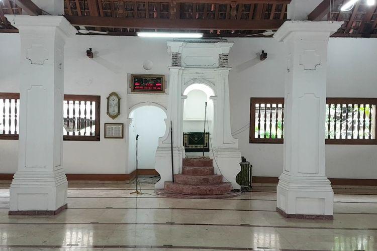 Tampak dalam ruang sholat utama Masjid Jami Angke Al-Anwar