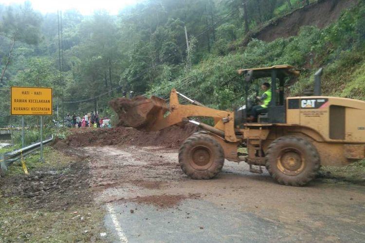 Alat berat yang diterjunkan untuk membersihkan material longsor di akses utama Malang-Kediri di Ngantang, Kabupaten Malang, Rabu (3/2/2021).