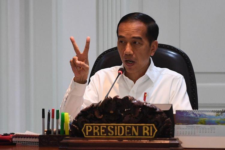 Presiden Joko Widodo memimpin rapat terbatas di Kantor Presiden, Jakarta, Senin (11/11/2019). Rapat terbatas itu membahas program cipta lapangan kerja, penguatan neraca perdagangan dan pemberdayaan usaha mikro kecil dan menengah. ANTARA FOTO/Akbar Nugroho Gumay/aww.