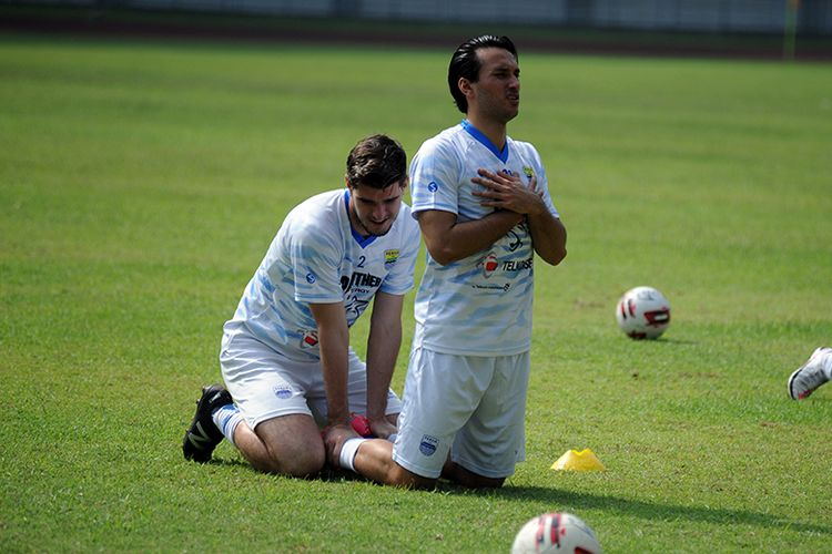 Ezra Walian (kanan) menjalani latihan perdananya bersama Persib Bandung di Stadion Gelora Bandung Lautan Api (GBLA), Kota Bandung, Kamis (18/03/2021).
