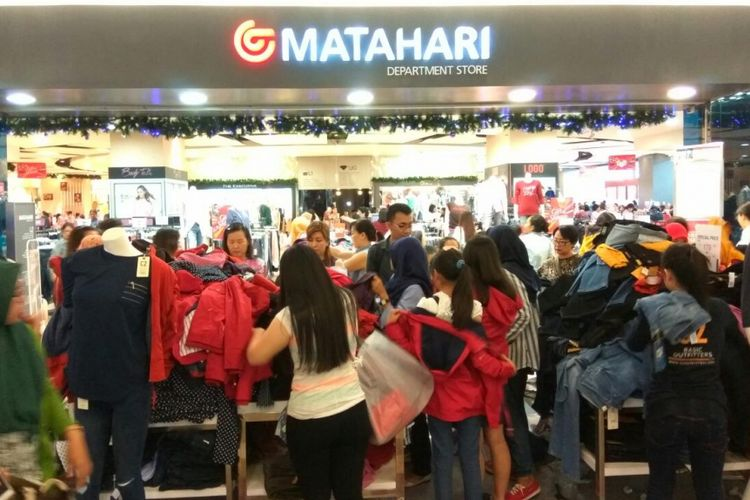 Suasana di depan gerai Matahari Departement Store di lantai 1 Mall Taman Anggrek, Jakarta Barat, Rabu (22/11/2017).