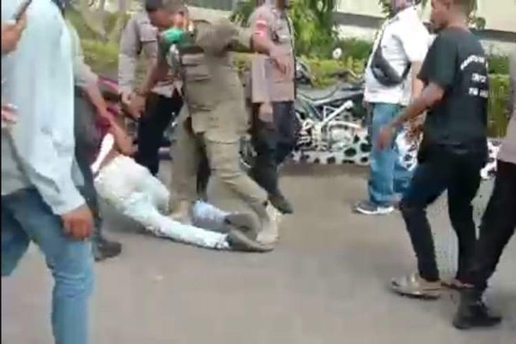 Tangkapan layar video yang memperlihatkan mahasiswa diseret dan diinjak saat demonstrasi di Kantor Bupati Alor.