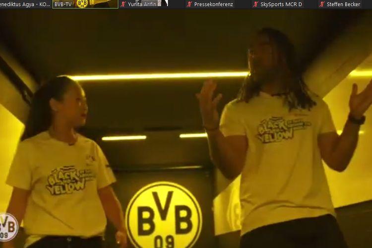Legenda Borussia Dortmund, Patrick Owomoyela, saat memperlihatkan terowongan pemain di Stadion Signal Iduna Park.