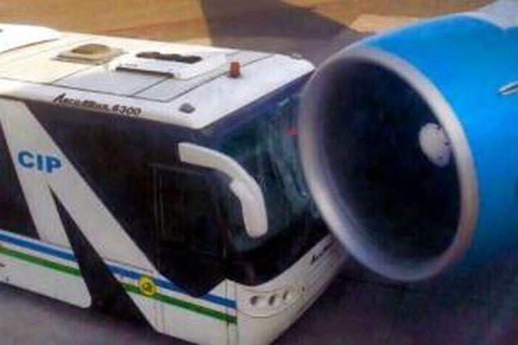 Sebuah bus menabrak sebuah pesawat jet Boeing 777 di bandara internasional Tashkent, Uzbekistan. Beruntung tak ada korban dalam insiden tersebut.