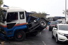 Kondisi Kendaraan Tidak Prima, Truk Trailer Tabrak Pembatas Tol Kemayoran