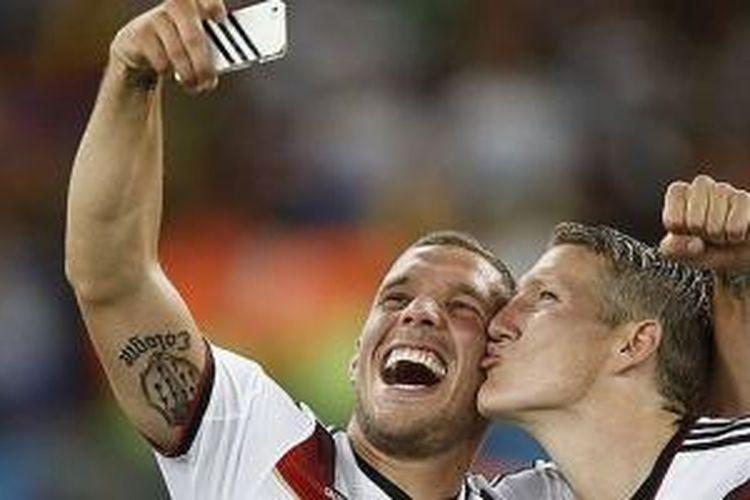 LUkas Podolski berfoto dengan  Schweinsteiger.