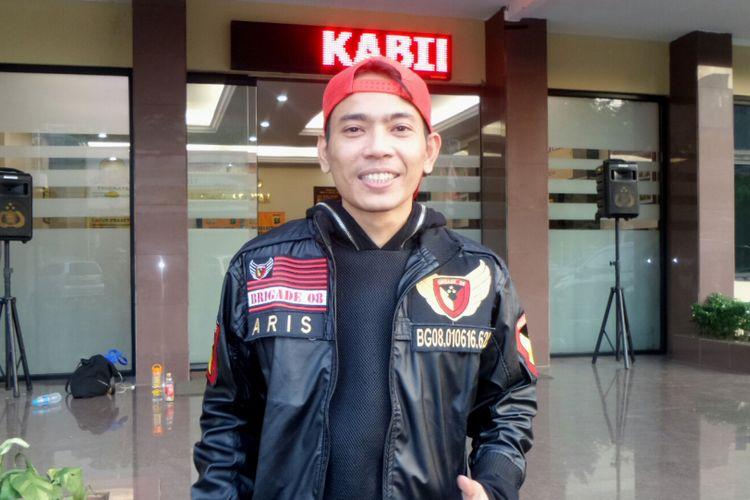 Vokalis Aris Idol saat diabadikan di Polres Metro Jakarta Selatan, Rabu (26/7/2017).