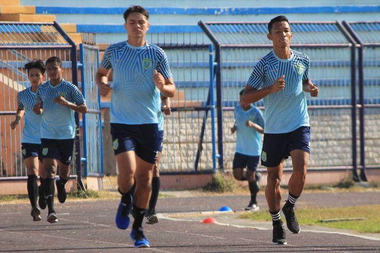 Para pemain Persela Lamongan, tampak mulai kembali berlatih pasca diliburkan.