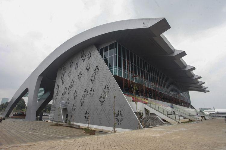 Pekerja menyelesaikan pembangunan arena Pacuan Kuda atau Equestrian di Jakarta Internasional Equestrian Park Pulomas (JIEPP), Pulomas, Jakarta, Kamis (8/3). Arena pacuan kuda yang pengerjaannya dilakukan sejak 2016 itu saat ini pembangunannya sudah 90 persen dan masuk tahap finishing dan dipastikan siap digunakan untuk Asian Games 2018.  ANTARA FOTO/Muhammad Adimaja/ama/18