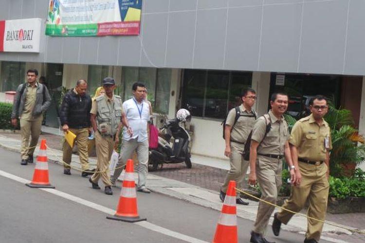 Pegawai negeri sipil (PNS) DKI Jakarta pulang lebih awal selama bulan Ramadhan, yakni pukul 14.00. Hal ini berdasar Keputusan Gubernur Nomor 1348 Tahun 2016 tentang Pengaturan Jam Kerja Selama Bulan Suci Ramadhan Tahun 2016.