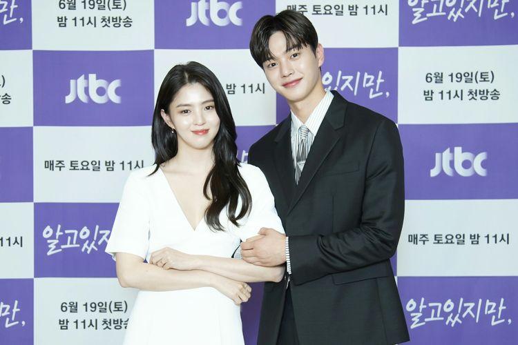 Aktris Han So Hee (kiri) dan aktor Song Kang saat konferensi pers drama Nevertheless