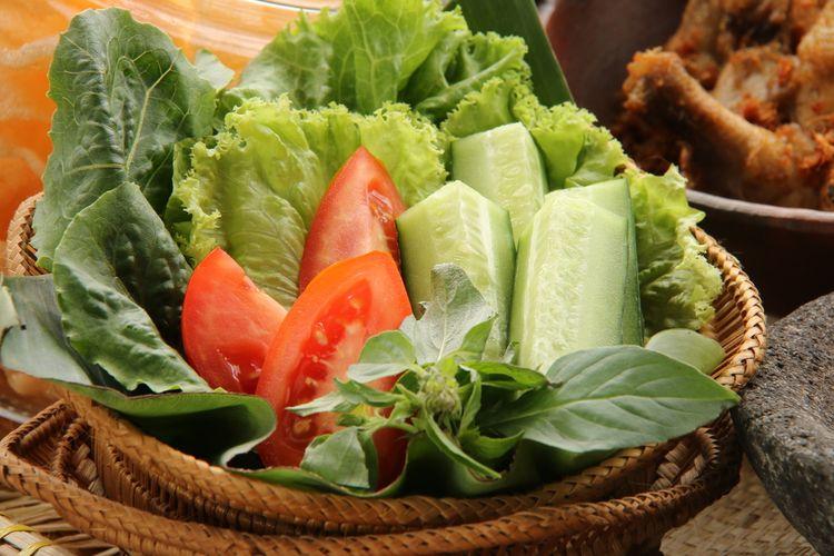Ilustrasi sayuran untuk lalapan mentah.