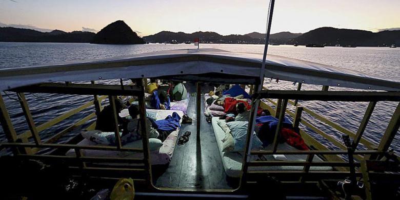 Wisatawan meninggalkan Labuan Bajo untuk berlayar menuju Taman Nasional Komodo di Manggarai Barat, Nusa Tenggara Timur, Kamis (11/8/2016). Kementerian Pariwisata menargetkan 12 juta wisatawan mancanegara datang ke Indonesia hingga akhir 2016.