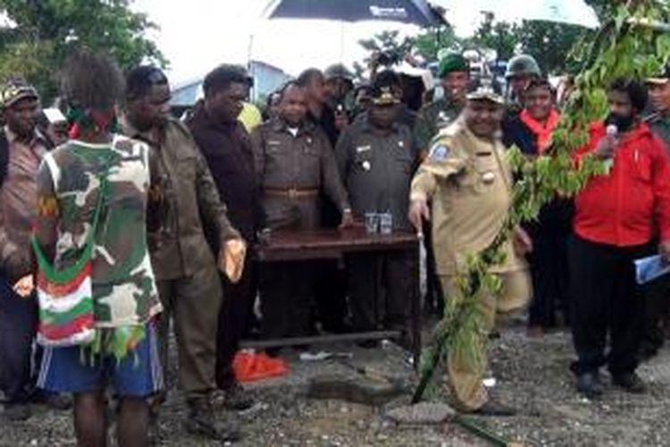 Asisten 1 Pemprov Papua, Doren Wakerkwa (tengah dibelakang meja) saat mewakili Gubernur Papua menyelesaikan pertikaian warga di Timika. DW bersama JW tersangka penyalahgunaan dana KPU Lany Jaya ditetapkan sebagai tahan kota oleh Kejati Papua, Senin (23/6/2014)