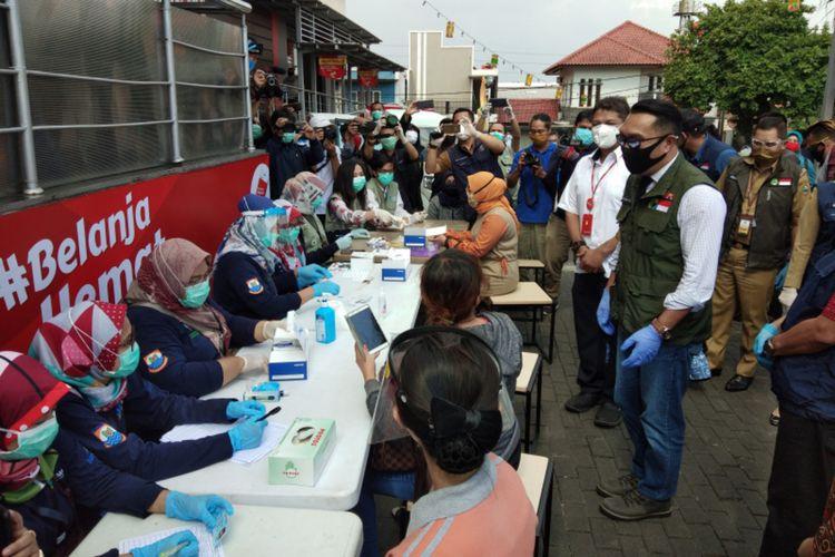 Gubernur Jawa Barat Ridwan Kamil saat memantau proses pemeriksaan Covid-19 di Kota Cimahi, Selasa (9/6/2020).