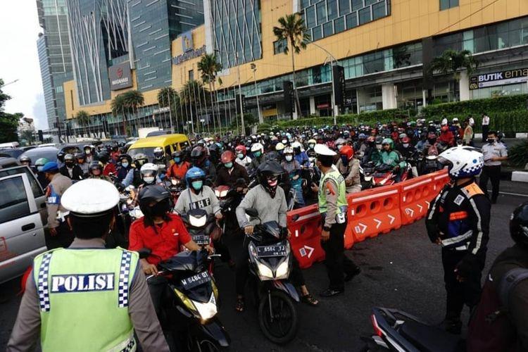 Kemacetan lalu lintas terjadi di Bundaran Waru atau tepatnya di perbatasan Surabaya dan Sidoarjo, Jawa Timur, saat hari pertama Pembatasan Sosial Berskala Besar di Kota Pahlawan, Selasa (28/4/2020).