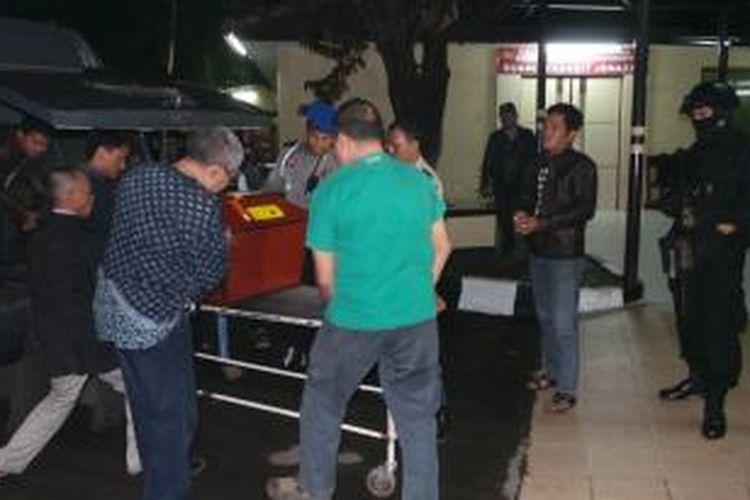 Jenazah terduga teroris yang ditembak mati Detasemen Khusus 88 Antiteror (Densus 88) tiba di kamar jenazah Rumah Sakit Bhayangkara Tingkat I R Said Sukanto atau RS Polri, Kramatjati, Jakarta Timur, Senin (22/7/2013) jelang tengah malam.
