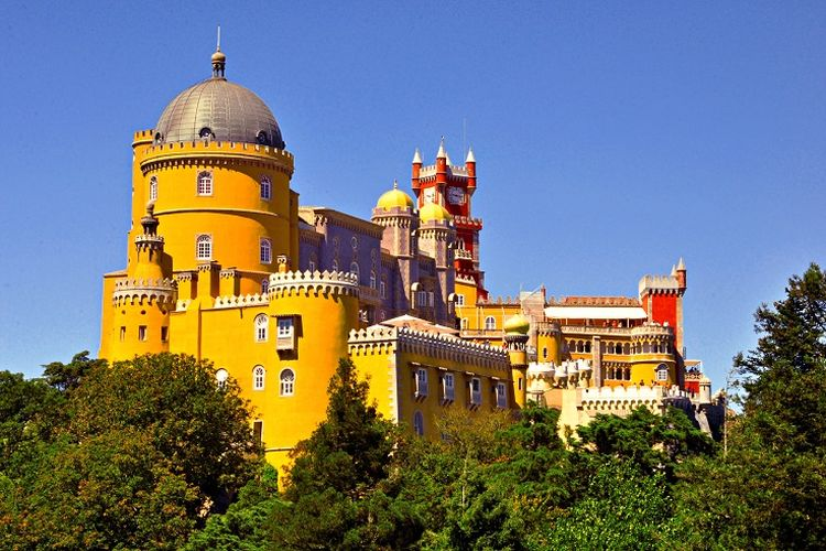 Ilustrasi Portugal - Park and National Palace of Pena.