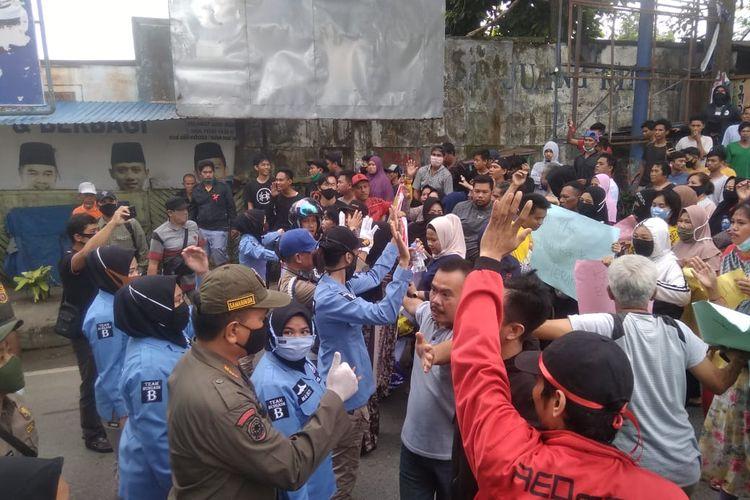 Suasana demonstrasi puluhan warga yang bermukim di tepi Sungai Karang Mumus segmen Pasar Segiri, meminta penundaan relokasi warga di Samarinda, Kaltim, Selasa (7/7/2020) pagi.