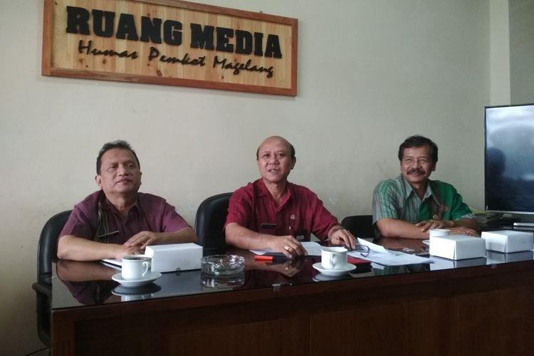 Sekda Kota Magelang Sugiharto (tengah)  saat memberikan klarifikasi terkait rilis Kemenkeu RI yang menyebut Pemkot Magelang mempunyai uang tersimpan di bank Rp 1,18 triliun,  Selasa (1/8/2017).