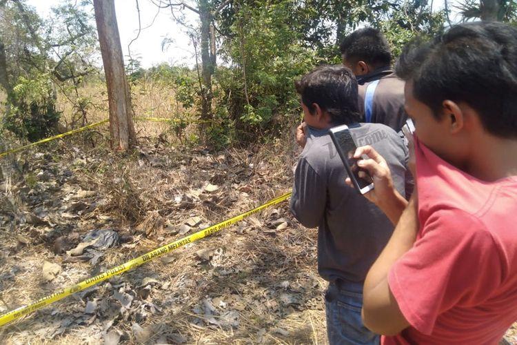 Warga penasaran menyaksikan penemuan mayat yang sudah membusuk di Desa Bolo, Kecamatan Ujungpangkah, Gresik.