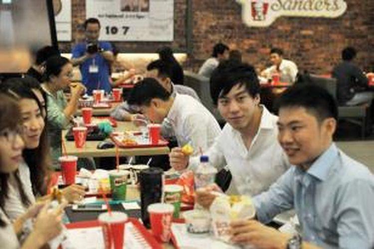 Warga kota Yangon, Myanmar memadati kedai KFC pertama di negeri itu yang baru beroperasi pada Selasa (30/6/2015).