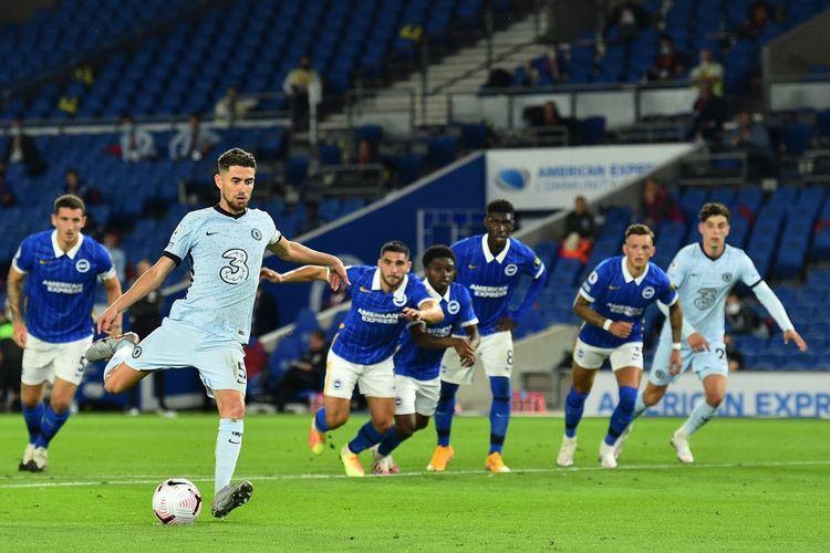 Jorginho (dua dari kiri) mengeksekusi penalti yang berbuah gol pada laga Brighton and Hove Albion vs Chelsea di Stadion American Express, Senin (14/9/2020) atau Selasa dini hari WIB.
