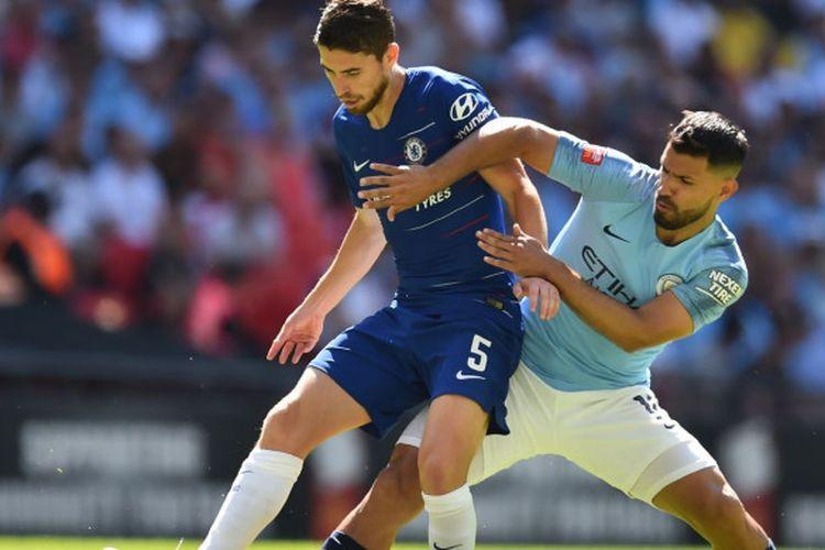 Gelandang Chelsea, Jorginho, berduel dengan penyerang Manchester City, Sergio Aguero, pada laga Community Shield di Stadion Wembley, London, Minggu (5/8/2018).