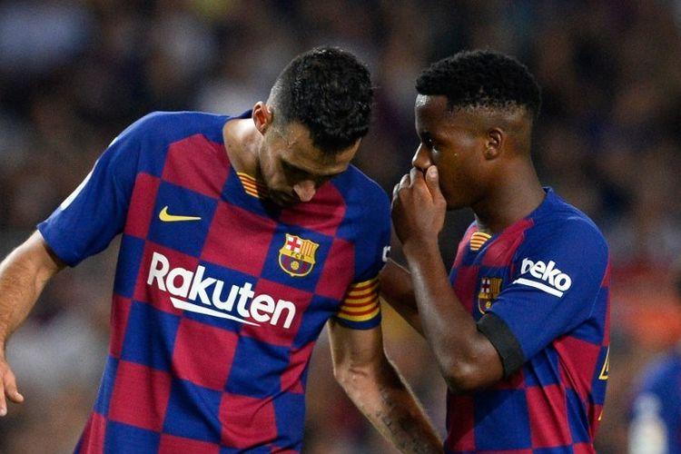 Ansu Fati tampak berbincang dengan Sergio Busquets pada pertandingan Barcelona vs Valencia dalam lanjutan La Liga Spanyol di Stadion Camp Nou, 14 September 2019.