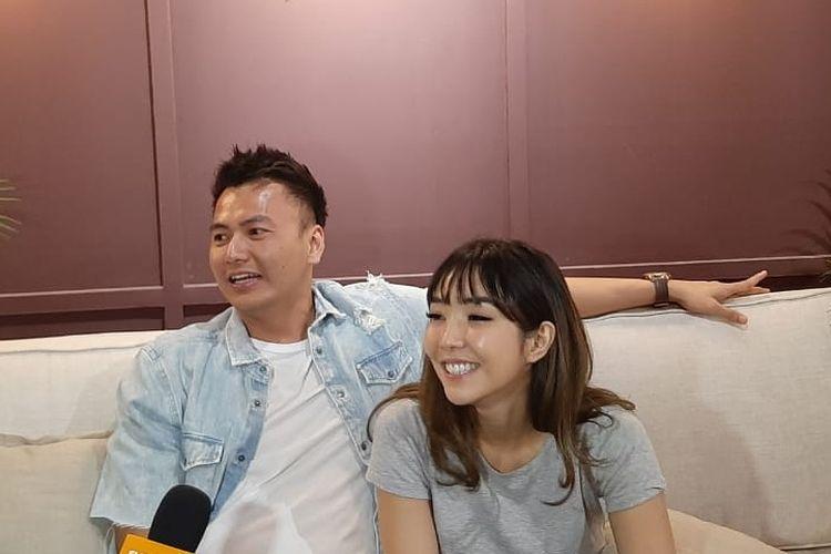Penyanyi Gisella Anastasia bersama kekasihnya, Wijaya Saputra saat ditemui di Senayan City, Jakarta Pusat, Rabu (23/10/2019).