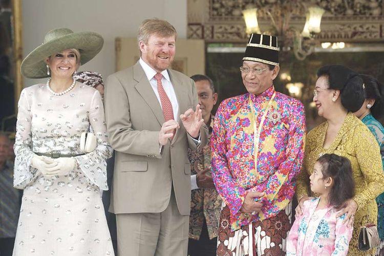 Raja Belanda Willem Alexander (kedua kiri) dan Ratu Maxima (kiri) berdialog bersama Raja Keraton Yogyakarta, Sri Sultan HB X (kedua kanan) dan GKR Hemas (kanan) saat melakukan kunjungan di Keraton Yogyakarta, Rabu (11/3/2020). Kunjungan Raja Belanda di Keraton Yogyakarta tersebut merupakan rangkaian kunjungannya di Indonesia.