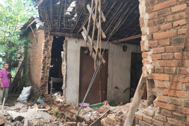 Tembok sisi rumah milik Hadi Purnomo (36), warga Desa Siman, Kecamatan Siman roboh terdampak bencana gempa di Malang, Sabtu (10/4/2021)